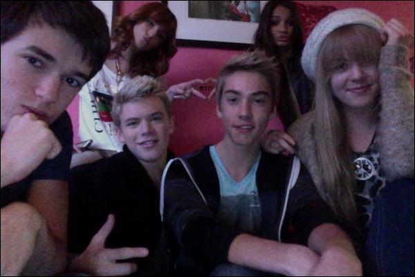Bella sur le tournage de Shake it Up saison 2 le 22 novembre.