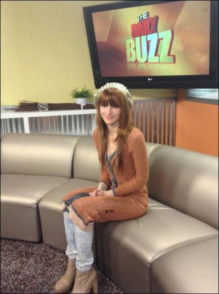 """Bella prenant l'avion le 1 décembre + sur le plateau de """"The Daily Buzz"""" le 2 décembre."""