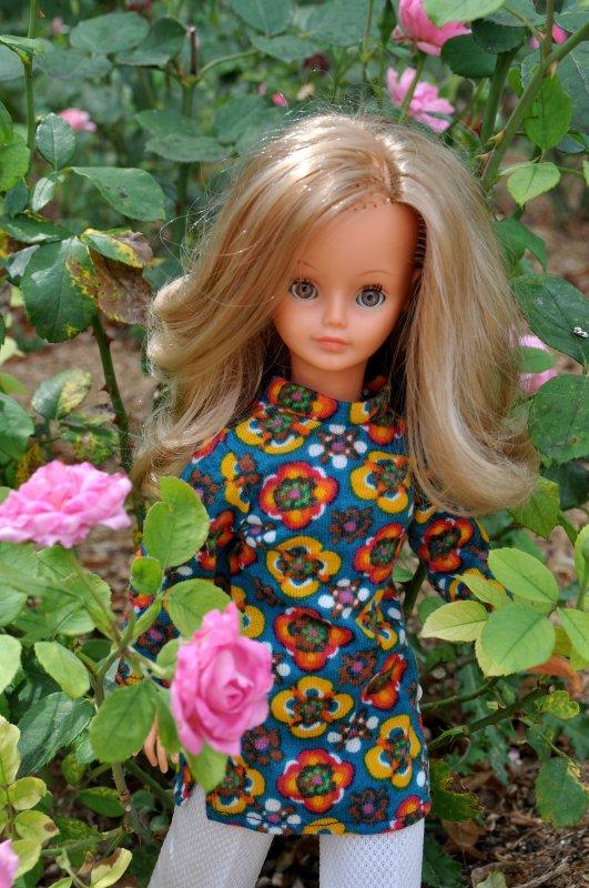 la jolie Cathie de bella dans sa tenue de présentation 1971 mais dans une autre version coloris du tissu