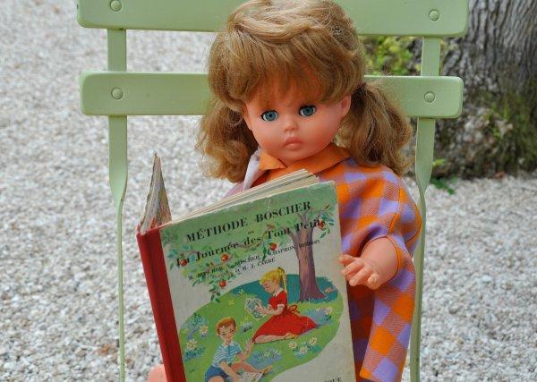 c'est la rentrée avec Caroline de chez Gégé   le  thème du jour l'école eh oui miss Caroline  et bien studieuse elle s'applique déjà dans sa lecture ..