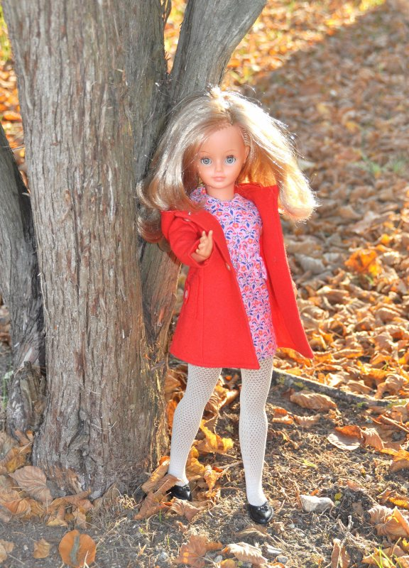 en mode automne c'est la belle Cathie 2 ème  modèle 69/71 collant blanc ici elle porte une tenue mistral de 1969