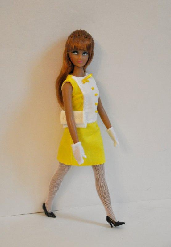 bon week-end avec ma nouvelle  poupée Anouk de Nav look mode 1966/ 1967 la voici qui pause pour vous