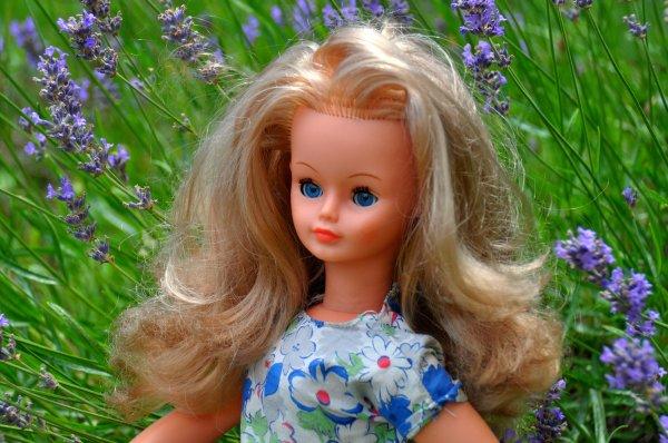 le bel été avec notre jolie Cathie de bella des années 70 ici elle porte une tenue faite surement par une gentille maman