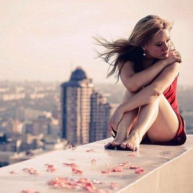 """Tout le monde me demande si je t'aime encore. Et si je pense encore à toi. Ils me demandent de parler de mon c½ur. Si triste depuis de long mois. Je mens un petit peu, et je dis fièrement : """"Cette histoire est finie"""" .Mais je dois avouer que certains soirs peut-être , j'y pense et puis j'oublie."""