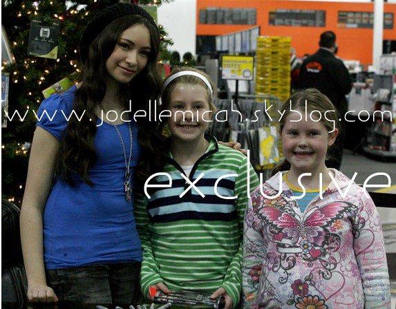 .Jodelle Ferland pose pour une photo avec les fans Elsie, au centre, et Chloé Hutchinson, chez Best Buy, ! Qu'en pensez vous ? :)