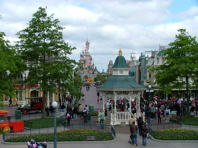 Disneyland Paris, deux parcs, une histoire