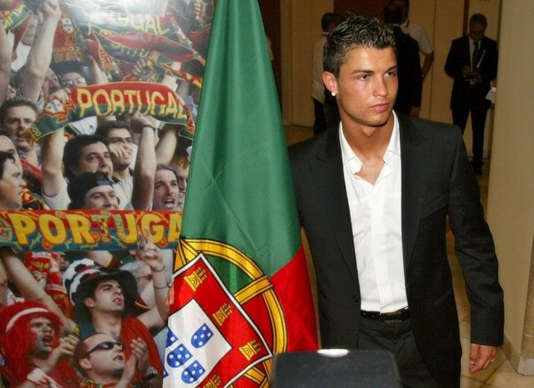 Cristiano Ronaldo avec un drapeau portugais a le BG