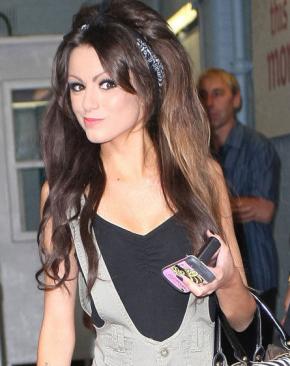 ╚> Swagger-Jagger : Afin de vous faire découvrir la talentueuse Cher Lloyd, actuellement en train d'enregistrer son premier album que nous attendons tous avec beaucoup d'impatience.