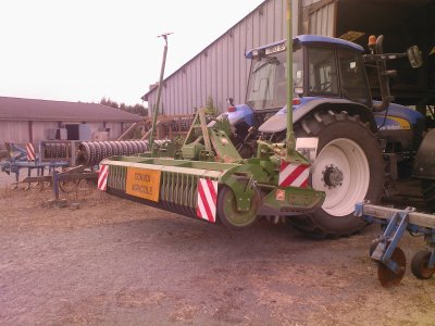 new holland tm 175 en stage ave une herse rotative amazone 4 metre