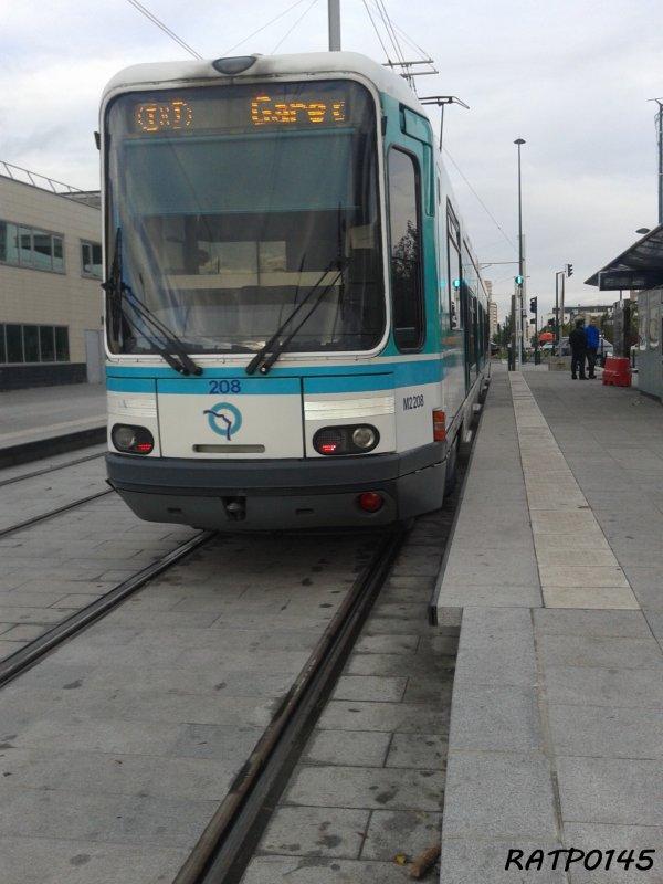 """Asnières Gennevilliers les Courtilles Metro Tram ( Partie 2 ) A l'arrêt """"Centre de Vie"""""""