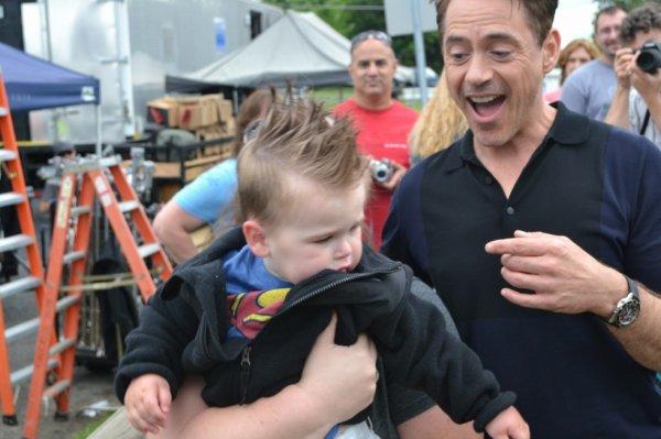 Jaxson (18 mois) voulait voir Iron Man: il fond en larmes devant Robert Downey Jr
