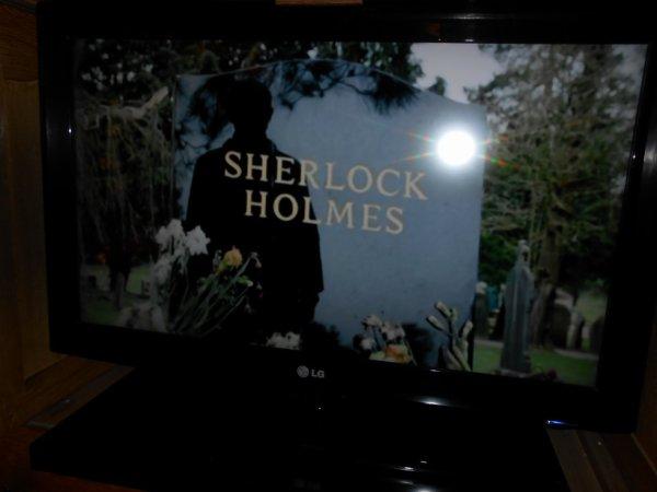 Oh cette tombe ne vous rappelle-t-elle rien ? #SherlockLives #Assispeinarddanssonfauteuilaveclatélévisionallumée xD