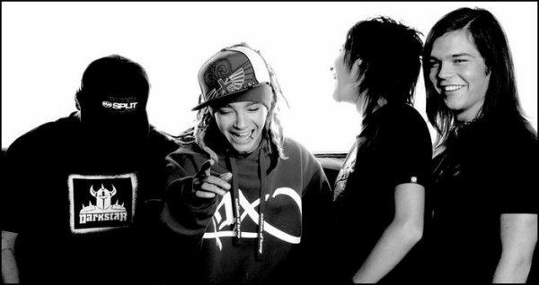 """Pour moi, c'était un jour d'octobre 2005. Depuis, ils ont grandi, évolué, changé, mais les fans aussi. Cinq concerts inoubliables. Cinq ans de bonheur, d'attente, d'espoir, de larmes, de rencontres, de posters à ne plus savoir où en mettre, d'insultes aussi... Ben oui, être fan de Tokio Hotel, c'est la honte parait-il =) Mais m*rde, trouvez-vous donc des chansons qui vous font pleurer & sourire à la fois, un groupe pour qui vous pouvez passer des heures parterre à attendre, dont vous ne vous lassez pas au bout de plusieurs années et que vous avez peur de voir disparaître... Un groupe dont vous vous souviendrez toujours. Mais c'est tellement plus facile de critiquez que d'essayer de comprendre...   """"Etre fan ne se décrit pas, ça se vit"""" B.K."""