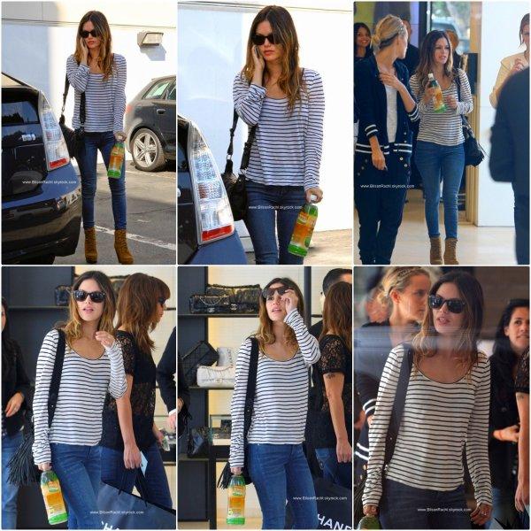 ► Candids  Beverly Hills, USA ♦ 10.11.10 Rach' s'est rendue à Beverly Hills, pour faire les boutiques,elle est nottament allée dans la boutique Chanel,puis dans une bijouterie. D'autre part, d'aprés certaines sources, Rachel se serait achetés une magnifiques robe chanel sur mesure. ( A vérifié ! ) On remarque aussi que Rach' ne lâche plus cette fameuse boisson ,  Aprés la mode du starbuck serais-ce celle du lait de coco ?