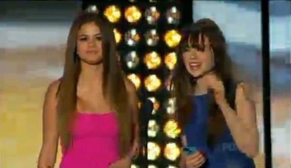 Teen Choice Awards 2012 : Selena Gomez remet le premier prix