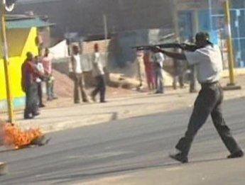 La police tire sur des manifestants qui protestent contre la vie chère