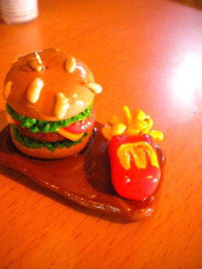 Hamburger et ses frites sur un plateau.