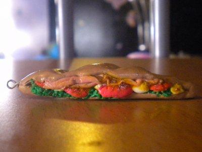 Sandwich avec salade, oeufs , tomates et jambon.