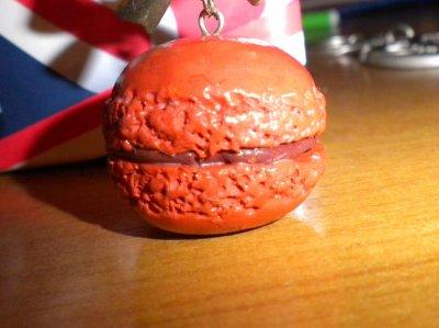 Macaron au chocolat.