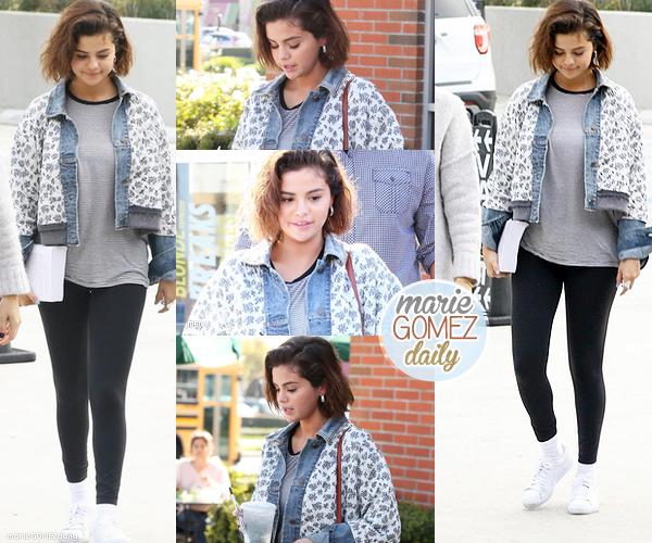 . • 10/05/2018 : Notre belle Selena a rencontré quelques fans lors d'une sortie. Côté tenue : C'est un petit TOP je dirais car sa tenue est très simple mais jolie pour une balade. Ton avis ?  .