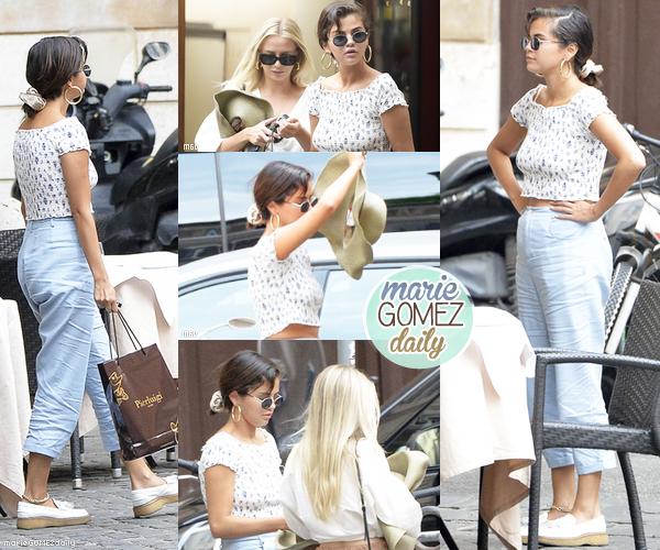 • 18/06/2018 : Plusieurs photos de Selena posant avec des fans après son arrivé en Italie.  Mon avis : C'est une Selena assez rayonnante qu'on peut voir ! J'aime bien même si la coiffure aurait pu être mieux. Les photos sont sympa.