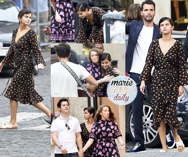 • 18/06/2018 : Selena toujours en vacances a été aperçu dans les rues de Capri en Italie. Mon avis : Je trouve que sa robe décolleté et fendu en bas avec des fleurs lui va bien. Pour l'été c'est top et décontracté.J'aime ses lunettes. TOP