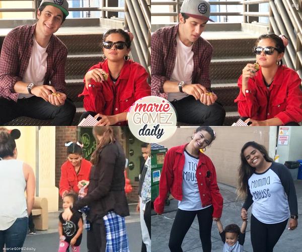 • 04/07/2018 : Selena était présente à Disneyland en Californie avec ses proches et ses amis pour la fête nationale. Mon avis : Sa tenue est assez mignonne avec sa veste rouge, son legging noir et son tee shirt blanc. Je lui met un top !