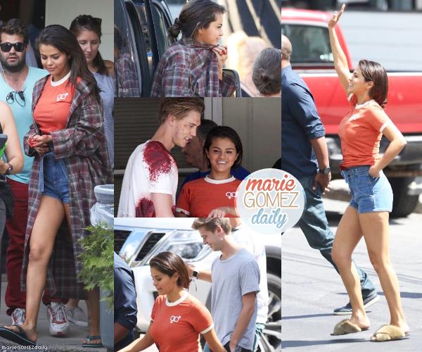 """• 12/07/2018 : Notre Gomez a été vu sur le tournage du film """" Kill The Head """"aux côtés d'Austin Butler à New York. Mon avis : Je la trouve très épanouie et souriante. Ça fait plaisir de la voir ainsi et sa tenue est simple mais top ! J'aime le short avec le tee shirt rouge. Ses cheveux sont superbes même si elle a toujours les claquettes que j'aime moins. TOP !"""