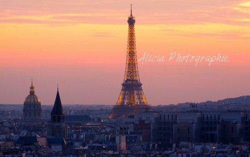 « Savez-vous pourquoi il y a tant d'églises à Paris ? C'est pour permettre aux piétons d'entrer faire une prière avant de traverser la rue.  »