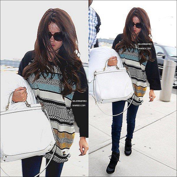 . 30/06/13 : Selena a était aperçue arrivant a l'aéroport LAX a Los Angeles..