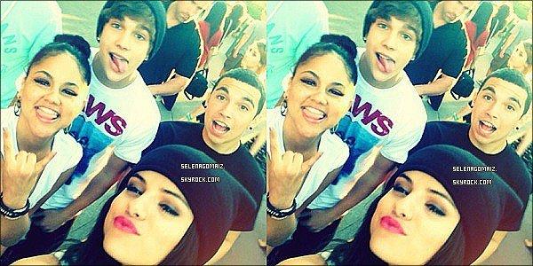 . 26/06/13 : Selena a été vue lorsque elle était a Disneyland à Los Angeles avec Austin Mahone et des amies..