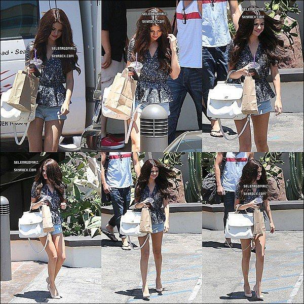 . 28/06/13 : Selena a été vue lorsque elle quitter un studio de danse a Los Angeles..