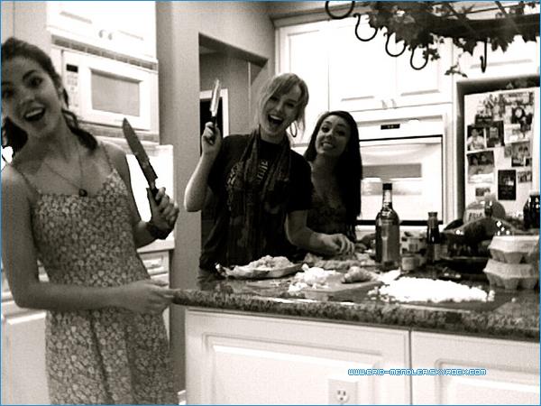 .       «  On a pas pleuré en épluchant les oignons ! Et oui, on est enthousiastes qu'on nous fasse confiance avec des couteaux.  »         .
