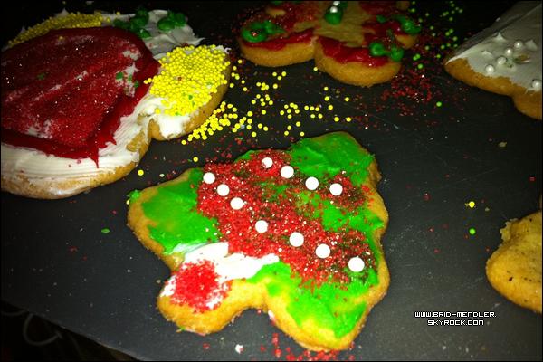 .       «  Des gâteaux décorés pour Noël .  Tweet & photo postés par Bridgit en Décembre.  »         .