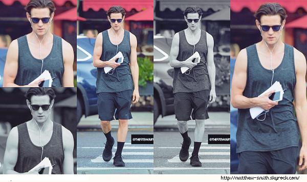 •••  CANDID Matt à été vu seul dans les rues de New York, le 20 juillet 2017           Que dire de cette tenue ? Pas grand chose sauf peut être qu'elle est décontractée, par contre les chaussettes avec c'est pas top.