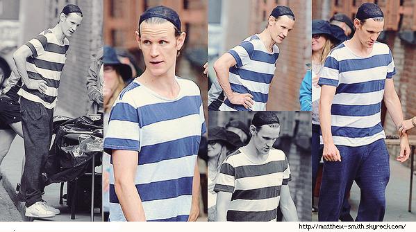 •••  M Set Matt est toujours sur le tournage de son prochain film dans les rues de New York, 27 juillet 2017            Nous retrouvons Matt avec et sans sa perruque. J'aime sa première tenue  avec sa veste verte, pour la seonde son tee shirt à rayures.