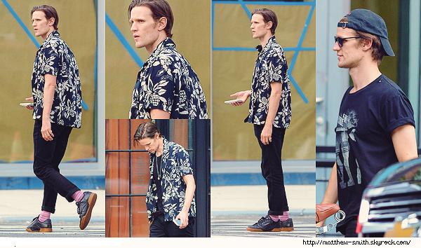 •••  CANDID Matt se baladant seul, mais portable à la main dans les rues de New York City , le 07 août 2017            Encore un top,  j'aime cette tenue, toujours fidèle à cette chaussettes et pantalon retourné ! J'aime cette chemise. Mais où est Lily ?