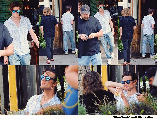 •••  CANDID Matt et des amis, dont Nick Kingsnorth, allant boire une bière dans pub d'East Village, le 09 août 2017            Nous retrouvons cette fois Matt en compagnie d'amis pour un moment de détente. Sa chemise à motif et top tout comme ses lunettes.