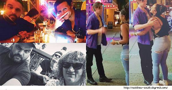 •••  CANDID Matthew était de sortie avec des amis dans les rues de New York City , début août 2017            Matt à l'air de bien s'amuser avec ses potes ! Il aussi pris une photos avec une fan. Pour sa tenue je n'ai pas grand chose à dire.