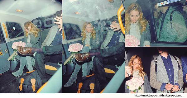 •••  CANDID Matt et Lily, bouquet de fleurs à la main, quittant le restaurant Nobu à Londres, le 19 octobre 2017             Désolée mais on ne voit pas vraiment Matt sur ces photos, en effet, ce dernier a décidé de jouer à cache cache avec les paparazzis.