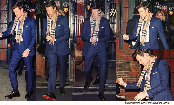•••  CANDID Matt a été vu quittant son hôtel, The Bowery Hotel dans New York , le 05 Décembre 2017             Mais quelle sortie ! Matt est parfait je trouve. Son costume bleu est superbe ! J'aime son écharpe Burberry.