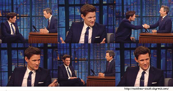 •••  TELEVISION Matt été invité chez Seth Meyers pour être interviewé, le 04 Décembre 2017                        Pour les photos se sont des captures d'écran de la vidéo de l'interview. Que dire Matthew est juste parfait. J'aime sa tenue.