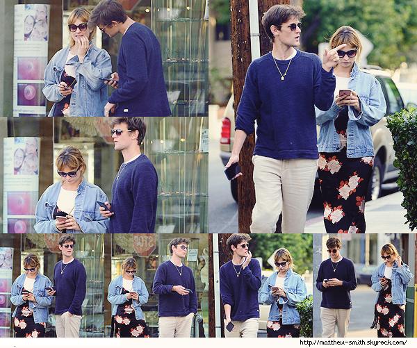 •••  CANDID Matt et Lily se promenant portable à la main dans les rues de Los Angeles, le 10 Janvier 2018             Nouvelles sortie en amoureux pour le couple. J'aime ce candids ! La tenue de Matt est simple mais jolie, mais pour Lily c'est pas top !