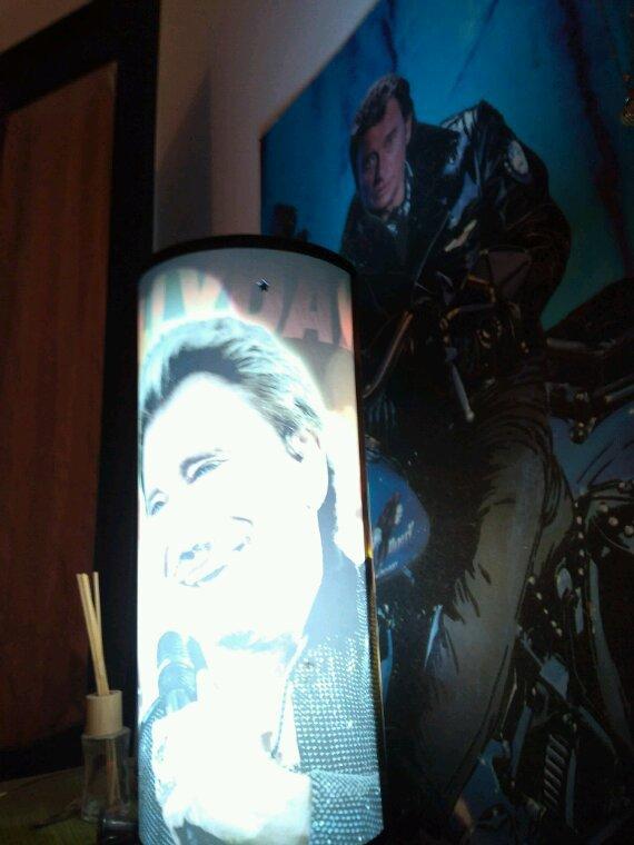 À mes côtés jour et nuit Johnny et partout une légende ne meurs jamais il reste gravé dans nos coeurs