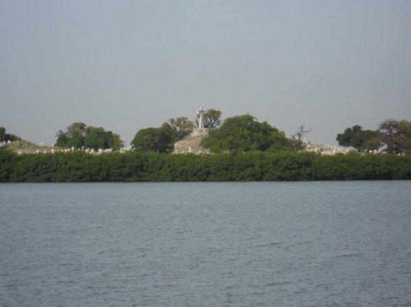 une belle vue sur la mangrove qui nous mene aux cimetieres mixtes Musulmanes et Chretiennes a l'ile aux coquillages