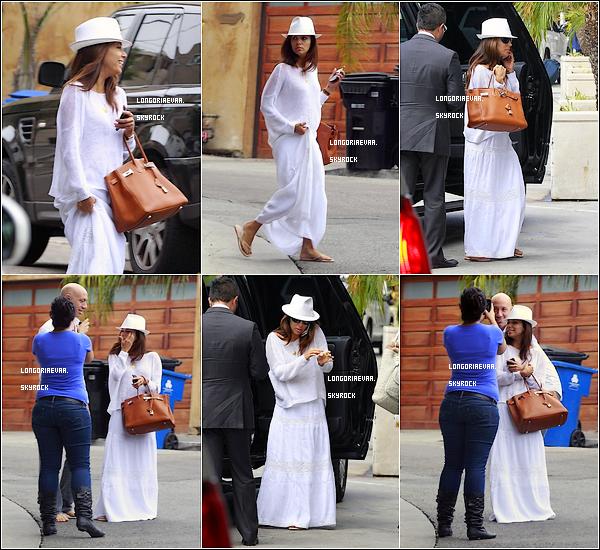 24/08/2012 : C'est dans une tenue tout Blanche qu'Eva quitta sa maison pour se rendre a l'aéroport de LAX.