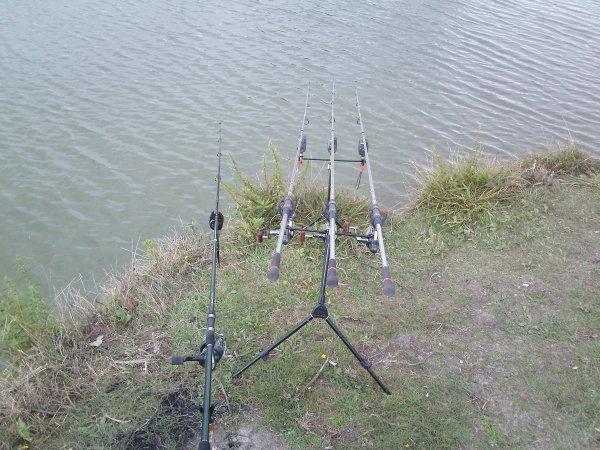 mon rod pod et ma canne sur piquet pendent la nuit pêche a vls