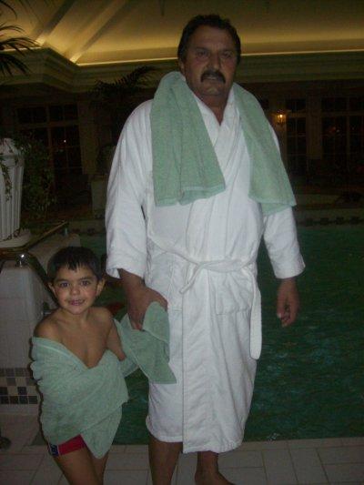 mon pere et mon neveu a la piscine du disneyland hotel