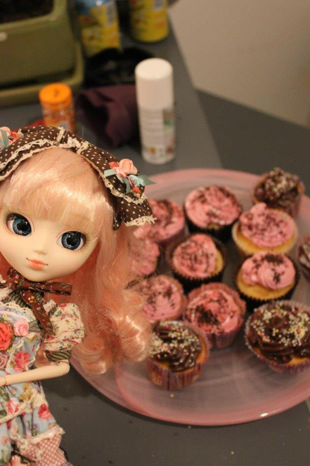 Cachou-Gwendolynn and our ~~20 cupcakes