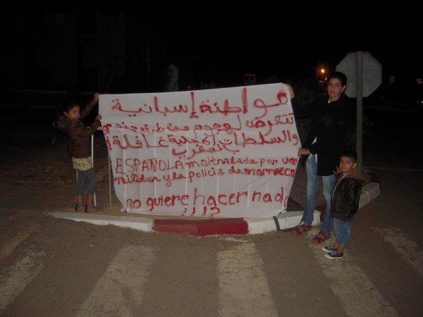 مواطنة إسبانيا تعتصم مع أبناءها أمام مقر ولاية القمع المغربية بكليميم بسبب تهجم جندي عليها.